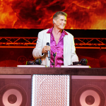 VIDEO – DAVID HASSELHOFF ES UN PADRE DJ DE IBIZA EN UN MUSICAL