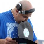 DJ SNEAK: «SI NUNCA HAS TOCADO UN VINYL TÚ NO ERES UN DJ»