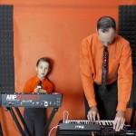 VIDEO – PADRE E HIJO CREAN COVER DE CLÁSICO DE KRAFTWERK