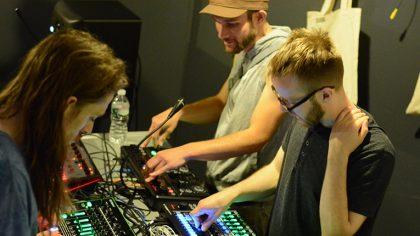 ¿UNA CLASE DE DJS PRINCIPIANTES QUE SE CONVIRTIÓ EN UN RAVE?