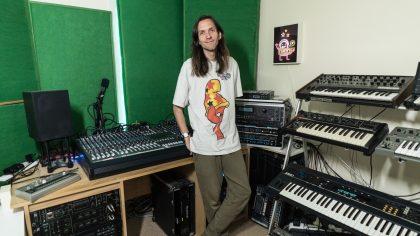 VIDEO – Entra al increíble estudio de DMX Krew y échale un ojo a sus sintetizadores vintage