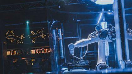 El primer DJ robot en su debut