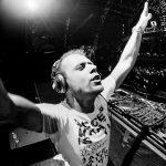 Video – Mira a Armin Van Buuren mezclar de cabeza en su DJ Both flotante