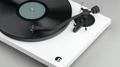 """Pro-ject presenta un nuevo turntable con brazo en """"S"""" especial para audiófilos"""