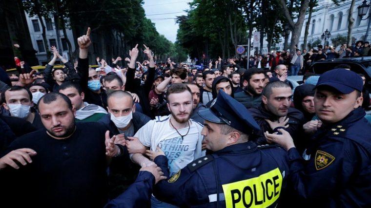 El ministro de asuntos internos de Georgia se disculpa con los manifestantes de Tiflis