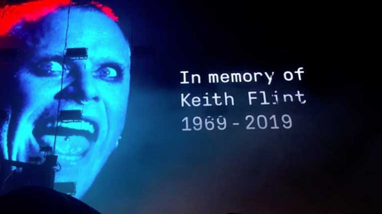 THE CHEMICAL BROTHERS RINDEN TRIBUTO A KEITH FLINT EN GLASTONBURY