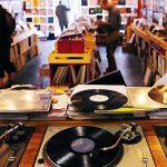 Las ventas de discos de vinyl repuntan y las de cd's caen a nivel más bajo en años