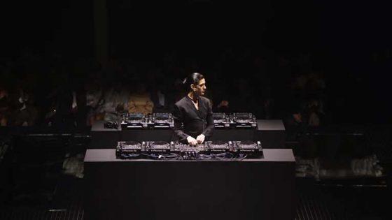 VIDEO: Arca se presenta en la 'London Fahion Week' tocando ocho CDJ