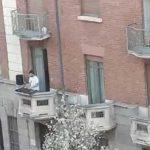 VIDEO: Dj en Italia toca un set desde un balcón para el disfrute de sus vecinos