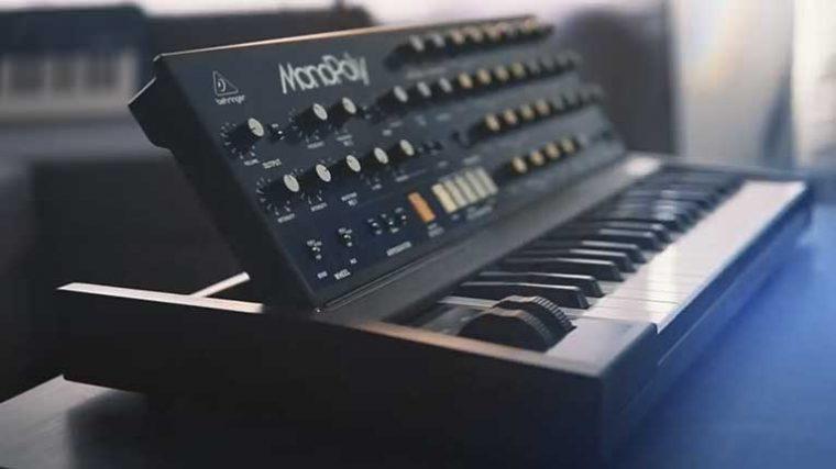 VIDEO: «El ataque de los clones» – Behringer lanza un clon del clásico sintetizador 'MonoPoly' de Korg