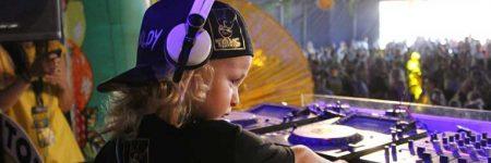 VIDEO – Conoce a Dj Archie, un niño que con tan solo 5 años de edad ya mezcla con vinilos