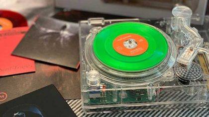 VIDEO – Mira este nuevo mini plato translúcido capaz de reproducir vinilos de 3″