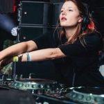 KNTXT x AIAIAI | El sello de Charlotte de Witte anuncia colaboración con esta reconocida marca de auriculares