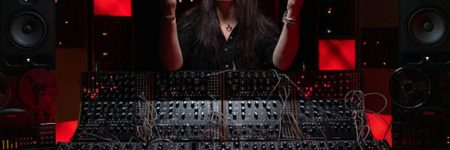 Strictly Synths | Mira a Lisa Bella Donna controlando los sintetizadores en concierto