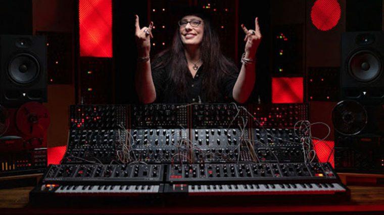 Strictly Synths | Mira a Lisa Bella Donna controlando los sintetizadores en concierto