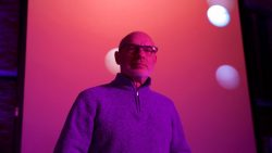 Brian Eno compartirá 300 tracks inéditos de su carrera en Sonos Radio
