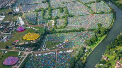Reading: Más de 2000 carpas dejadas en el festival son donadas a refugiados